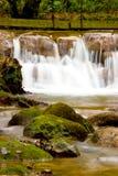 Água que cai sobre rochas vermelhas foto de stock