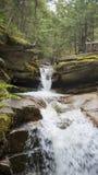 Água que conecta abaixo do montanhês rochoso Foto de Stock Royalty Free