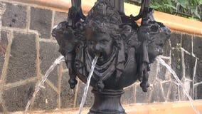 Água que corre através da fonte antiga filme