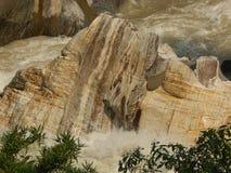 Água que corre através das pedras no rio Ganga foto de stock