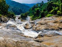 Água que corre através do rio imagem de stock