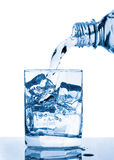 Água que derrama ao vidro Fotos de Stock
