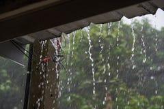 Água que derrama do telhado da casa fotos de stock royalty free