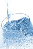 Água que derrama no vidro Imagens de Stock