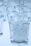 Água que derrama no vidro Foto de Stock