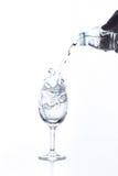 Água que derrama no vidro isolado Fotos de Stock Royalty Free
