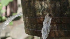 Água que escapa da cubeta 4k video estoque