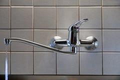 Água que escapa da torneira com uma gaxeta danificada Uma torneira na cozinha foto de stock royalty free