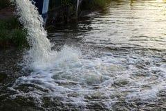 Água que espirra abaixo do canal Fotografia de Stock Royalty Free