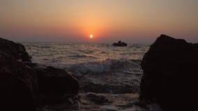 Água que espirra contra rochas com o por do sol video estoque