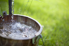 Água que espirra na cubeta foto de stock royalty free