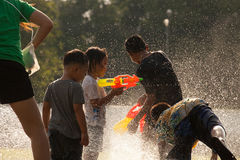 Água que espirra no festival de Songkran Imagem de Stock