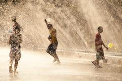 Água que espirra no festival de Songkran foto de stock