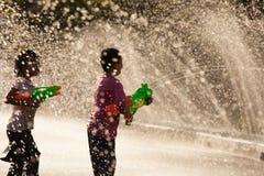Água que espirra no festival de Songkran fotografia de stock royalty free