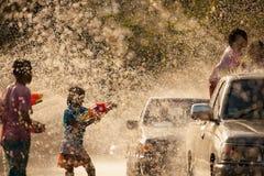 Água que espirra no festival de Songkran imagens de stock