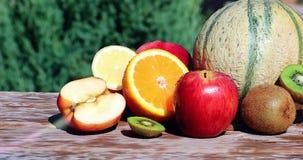 Água que espirra sobre frutos frescos coloridos múltiplo filme