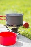 Água que ferve no fogão de acampamento Fotografia de Stock
