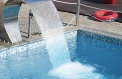 Água que flui à associação Fotos de Stock