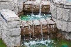 Água que flui abaixo das etapas de pedra Fotos de Stock