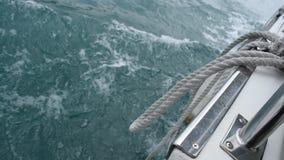 Água que flui da proa do barco de motor do curso que desloca no lago da lua do sol em Formosa video estoque