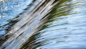 Água que flui da represa Fotografia de Stock