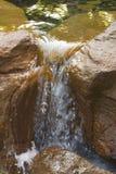 Água que flui entre rochas Foto de Stock Royalty Free