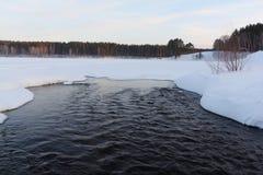 Água que flui fora do lago Imagens de Stock Royalty Free