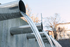 Água que flui para fora das tubulações de aço Imagens de Stock Royalty Free