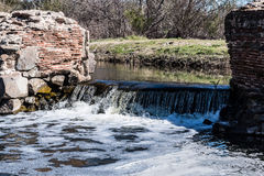 Água que flui sobre a cachoeira na represa velha da missão Fotos de Stock