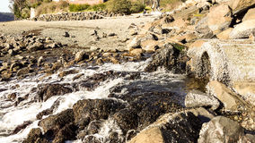 Água que flui sobre rochas Foto de Stock Royalty Free