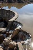 Água que flui sobre uma represa Fotos de Stock Royalty Free
