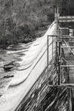 Água que flui sobre uma represa não utilizada velha Fotos de Stock