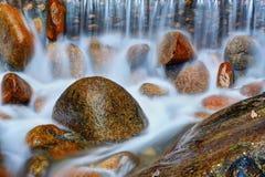 Água que funciona com pedra imagem de stock royalty free