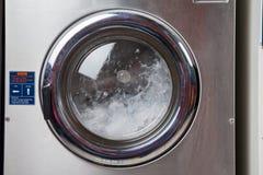 Água que gira na máquina de lavar Imagem de Stock