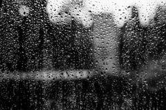 Água que goteja abaixo do vidro foto de stock