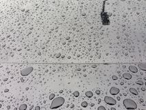 Água que perla no carro preto Fotos de Stock Royalty Free