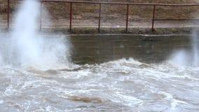 Água que raging na represa durante a inundação da mola Rio da inundação durante o derretimento da neve vídeos de arquivo