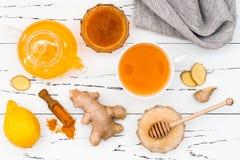 Água quente do limão com gengibre, pimenta de Caiena, cúrcuma e mel Bebida da desintoxicação foto de stock