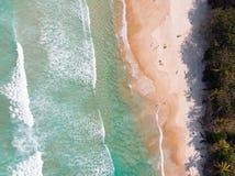 água, rochas da areia e boa vida imagens de stock