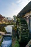 A água roda dentro a vila histórica japonesa de Oshino Hakkai japão imagens de stock