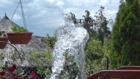 A água sai da fonte no pátio video estoque