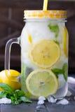 Água saudável com hortelã, os limões cortados e os pepinos Bebida da dieta Água Sassy Frasco de pedreiro completamente com frutas Foto de Stock