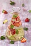 Água saudável da desintoxicação com frutos e hortelã foto de stock royalty free