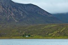 Água Skye Scotland da casa da montanha Fotografia de Stock Royalty Free