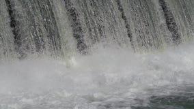 Água sobre barragem / energia (4K) vídeos de arquivo