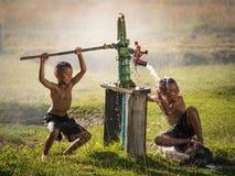 A água subterrânea de balanço do menino de dois jovens banha-se nos dias quentes fotos de stock
