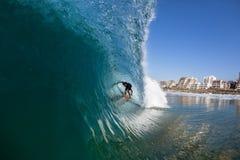 Água surfando do passeio do tubo do surfista Fotografia de Stock Royalty Free