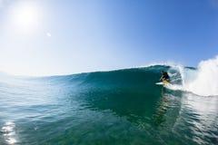 Água surfando do passeio do tubo do surfista Imagem de Stock