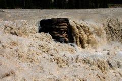 Água torrencial que golpeia a rocha Fotos de Stock