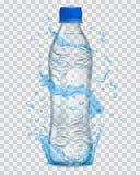 A água transparente espirra na luz - cores azuis em torno de uma garrafa plástica transparente Imagem de Stock